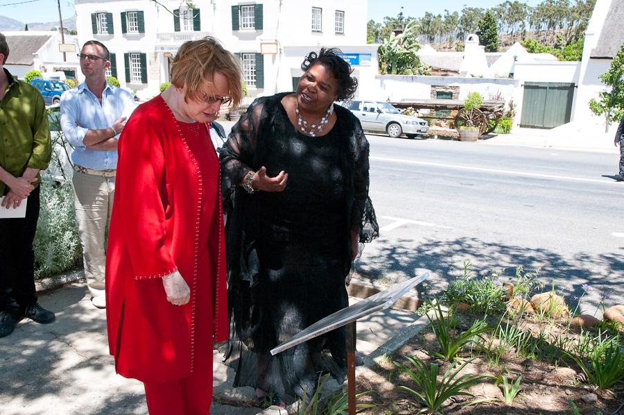 Premier Zille & Cllr Elizabeth Sedigo read heritage information board