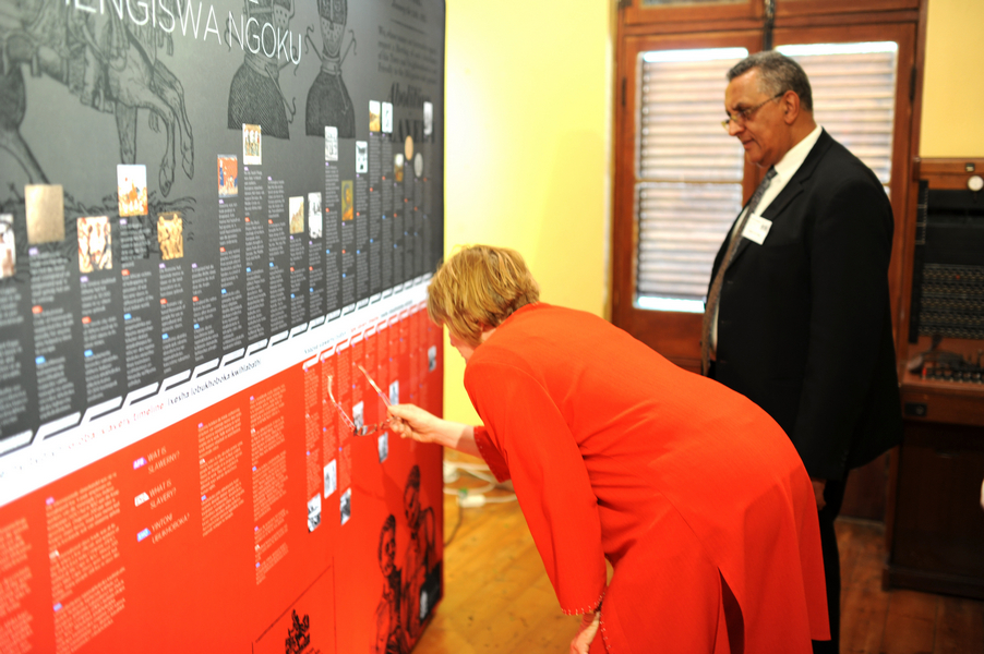Premier Zille examining new travelling Slave Exhibition